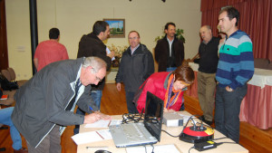 Recogida de firmas de asistencia en la presentación del avance del PSIS en Aoiz. (Marian Zozaya Elduayen)