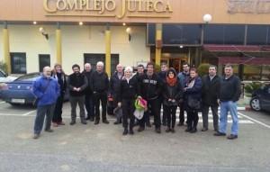 Joxepa Ernaga, rodeada de sus allegados, ya fuera de la cárcel de Jaén. (AHOTSA.INFO)