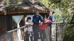 La familia formada por Noé, Luismi, Ada y Alicia posa en la cabaña del árbol que han autoconstruido junto con amigos en Villanueva de Arce.