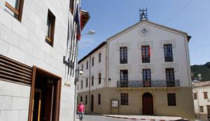 Fachada principal del Ayuntamiento de Aoiz. EDUARDO BUXENS/ARCHIVO