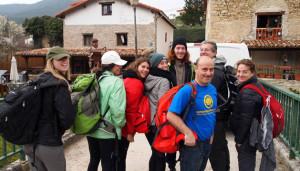 Juanjo Ventana (centro), fundador de Jacotrans, con peregrinos clientes de Barcelona ayer en Zuriain. ASER VIDONDO