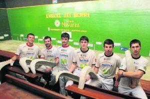 De izquierda a derecha, Xabier Erburu, Aritz Garcés, Beñat Rodríguez, Mikel Otano, Ibai Barricart y Xabier Azpiroz, ayer en el frontón Euskal Jai Berri de Huarte