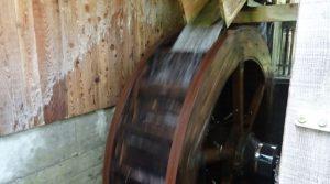 Aplicación de la caida de agua sobre la rueda que activa el mecanismo de corte de la sierra